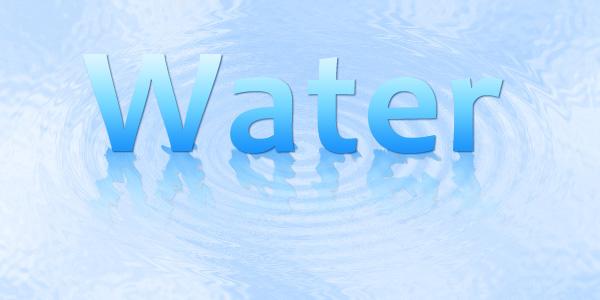 文字が水面に映り込んでいる様子